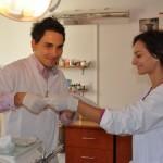 Doi studenţi la stomatologie învaţă tainele meseriei de la medicul Marius Pop