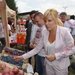 """Ce soiuri de prune i-au făcut cu ochiul Elenei Udrea la """"Toamna bistriţeană"""" (FOTO)"""