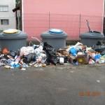 Ce faceţi cu punga de gunoi dacă vedeţi containerul plin? Îndemnul primarului: Înapoi cu ea în casă!