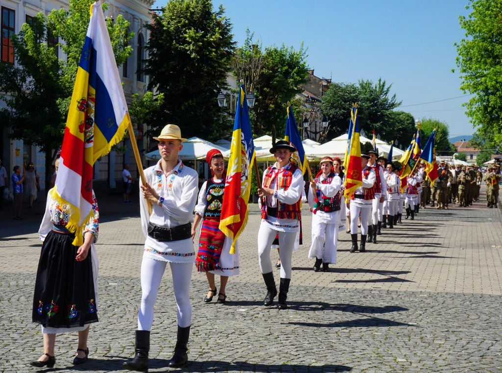 Ziua Drapelului Național, ziua defilării steagurilor